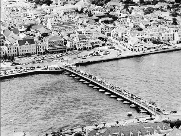 KON.. EMMABRUG 'SWINGING OLD LADY' OVER DE ANNABAAI WILLEMSTAD 1964